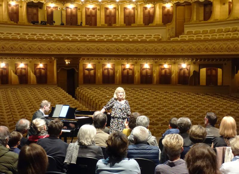 autour d'un piano sur la scène de l'Opéra de Vichy avec l'AOVi